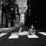 Roma, Italia,  15 agosto 1964.  Roma deserta, l'attrice Paola Pitagora in via Condotti il giorno di ferragosto