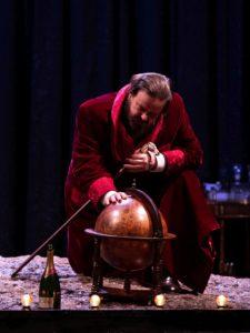 """GIUSEPPE BATTISTONinWINSTON vs CHURCHILLdiCarlo G. Gabardinie conMaria RoveranregiaPAOLA ROTA Churchill incarna il primato della politica e umanamente è un eccesso in tutto: tracanna whisky, urla, sbraita, si lamenta, ma senza mai arrendersi, fuma sigari senza sosta, tossisce, detta ad alta voce bevendo champagne, si ammala, comanda ma ascolta, è risoluto ma ammira chi è in grado di cambiare idea, spesso lavora sdraiato nel letto, conosce il mondo ma anche i problemi dei singoli, ha atteggiamenti e espressioni tranchant, e battute che sembrano tweets: """"Gli italiani perdono le guerre come se fossero partite di calcio e le partite di calcio come se fossero guerre"""" Giuseppe Battiston incontra la figura di Churchill, la porta in scena, la reinventa, indaga il mistero dell'uomo attraverso la magia del teatro, senza mai perdere il potente senso dell'ironia """"Meglio fare le notizie che riceverle, meglio essere un attore che un critico"""" Di tutto questo parla il testo di Carlo G. Gabardini, che mostra Churchill in un presente onirico in cui l'intera sua esistenza è compresente e finisce per parlare a noi e di noi oggi con una precisione disarmante."""